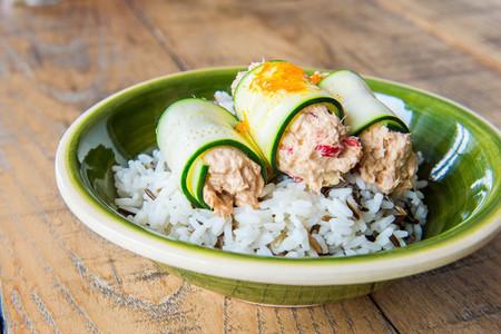 Ensalada de arroz salvaje con rollitos de calabacín y atún Isabel