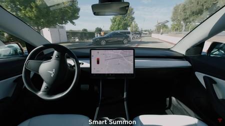 La función de invocar el coche de forma autónoma de Tesla ('Smart Summon') ya está en la mira de los reguladores estadounidenses