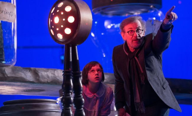 Spielberg da instrucciones a Ruby Barnhill