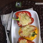 Pimientos asados rellenos de salsa de tomate y quinoa. Receta vegetariana