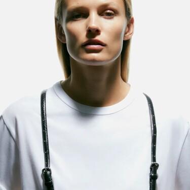 Zara nos muestra dos formas de lucir los tirantes de piel más diferentes del otoño (sin parecer Steve Urkel)