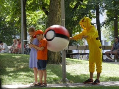 Cuatro suizos vestidos de Pikachu trolean a los jugadores de Pokémon GO
