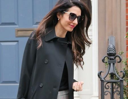 Amal Clooney nos da una lección de estilo sobrio y elegante para ir a la oficina muy chic