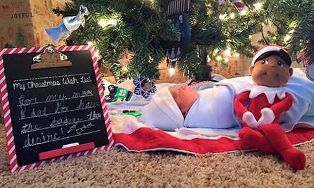 Unos padres sorprenden a sus tres hijas con un regalo muy especial debajo del árbol de Navidad: un bebé adoptado