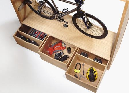 Mueble para guardar tu bici en casa for Mueble para guardar zapatos madera