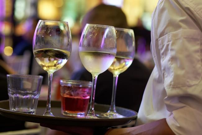 La razón oculta por la que cada vez bebemos más alcohol en menos tiempo