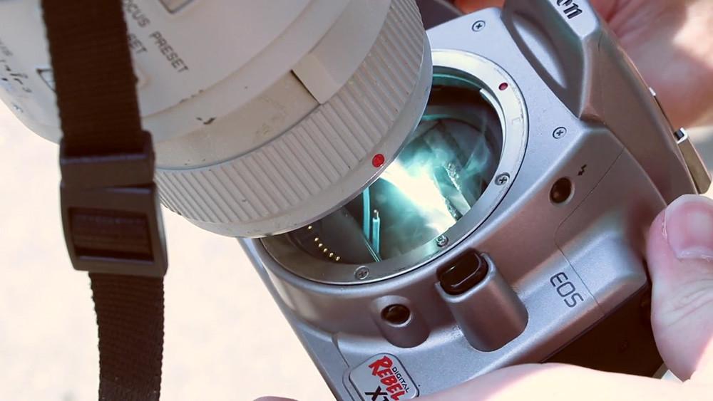 Esto es lo que puede pasarle a tu cámara si intentas fotografiar un eclipse solar sin utilizar el filtro adecuado