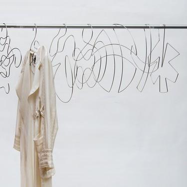 Para un vestidor abierto necesitas perchas bonitas, estas son como obras de arte