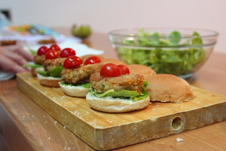 Adiós, hamburguesa de tofu: Francia prohíbe usar términos cárnicos para designar productos vegetales