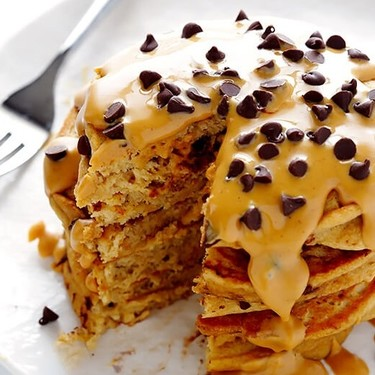 Hot cakes de chispas de chocolate con mantequilla de maní. Receta fácil