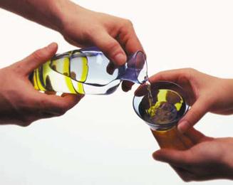 Cómo servir sake japonés