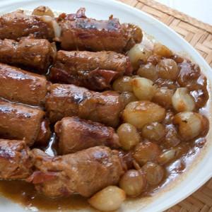 Receta de rollitos de lomo de cerdo y jamón ibérico con salsa de escalonias y uvas