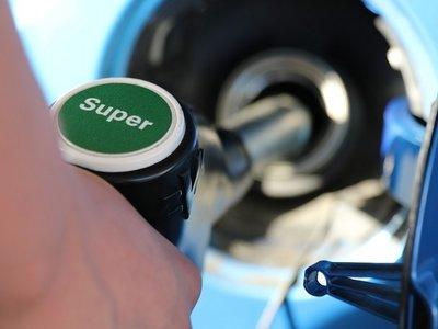 Así ha subido el precio de la gasolina durante 2017 mientras la OPEP y Rusia ahogan la producción