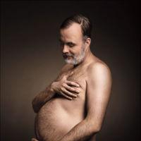 """Una ocurrente publicidad muestra a hombres """"embarazados"""" de barriga cervecera"""