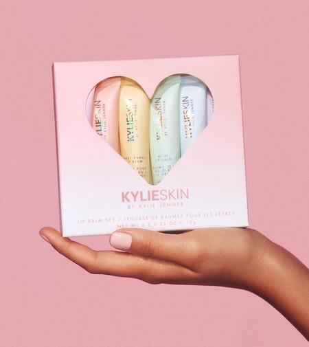 Kylie Jenner se pasa al lado austero y celebra su cumpleaños lanzando una sencilla colección de bálsamos labiales