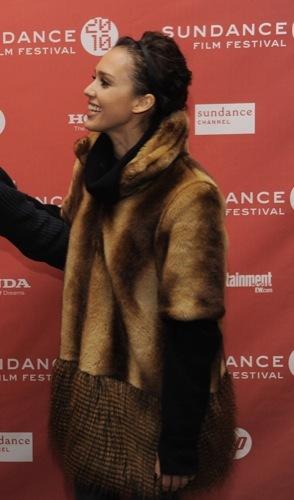 Jessica Alba se protege del frío con un peculiar abrigo de piel, peinado