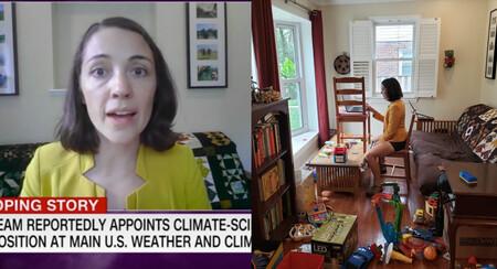 Una madre científica muestra el detrás de cámara durante una videollamada: la realidad del teletrabajo con hijos