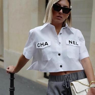Las camisas básicas ya no lo son tanto: siete modelos en versión cropped para presumir de abdomen