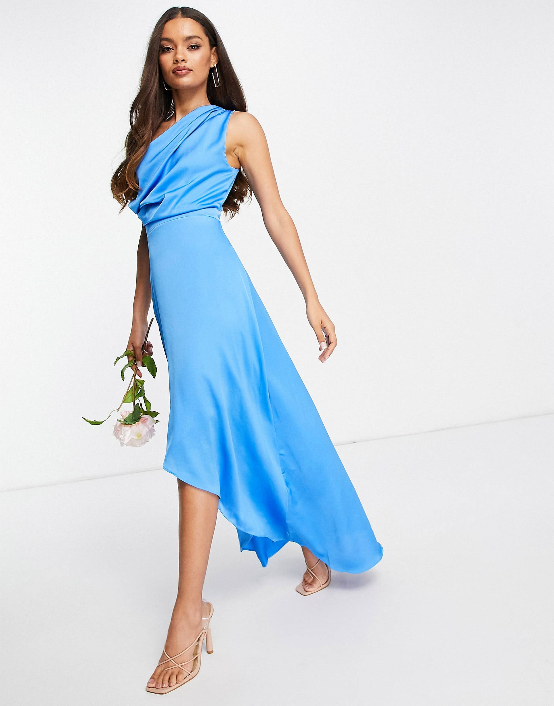 Vestido largo azul cobalto asimétrico.