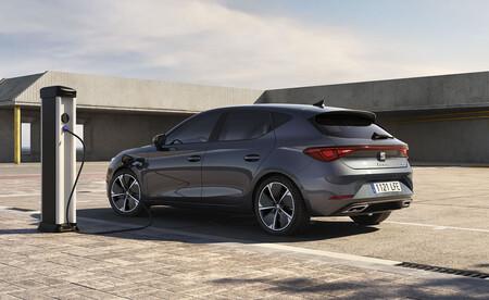El SEAT León e-HYBRID es el primer coche híbrido enchufable de SEAT y ya admite pedidos, desde 34.080 euros