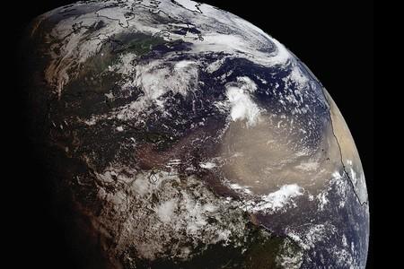 El evento del polvo del Sahara es 800% más fuerte que otros años, según la UNAM: recomiendan usar cubrebocas en la península