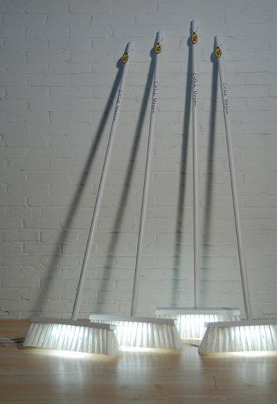 ¿Una buena idea?: escobas con luz