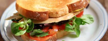 Hoy hacemos merienda cena: sándwich de pollo asado y canónigos, una receta de aprovechamiento fácil y deliciosa