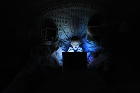 nino-cama-pantalla-ordenador