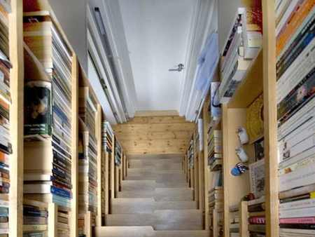 Una escalera forrada de libros