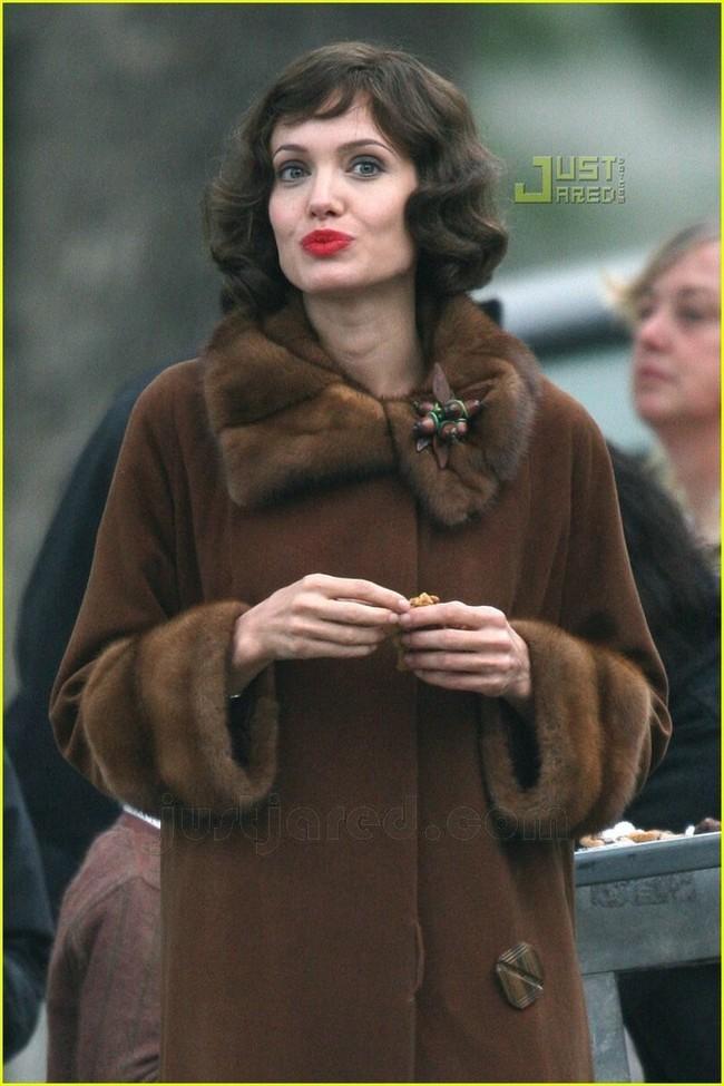 Foto de Angelina Jolie en el set de 'The Changeling' de Clint Eastwood (14/14)