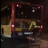 Biciclitero a rebufo de un autobús, días antes de que le pase algo gordo
