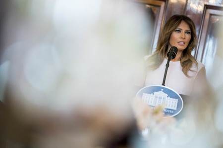 Blanca y radiante va la Primera Dama de los Estados Unidos