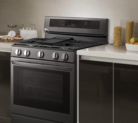 Llega el horno inteligente de LG con pantalla sobre la freidora y compatible con asistentes de voz