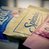¿Tomas edulcorantes en lugar de azúcar? Su uso es seguro, pero ofrece pocos beneficios según un último estudio