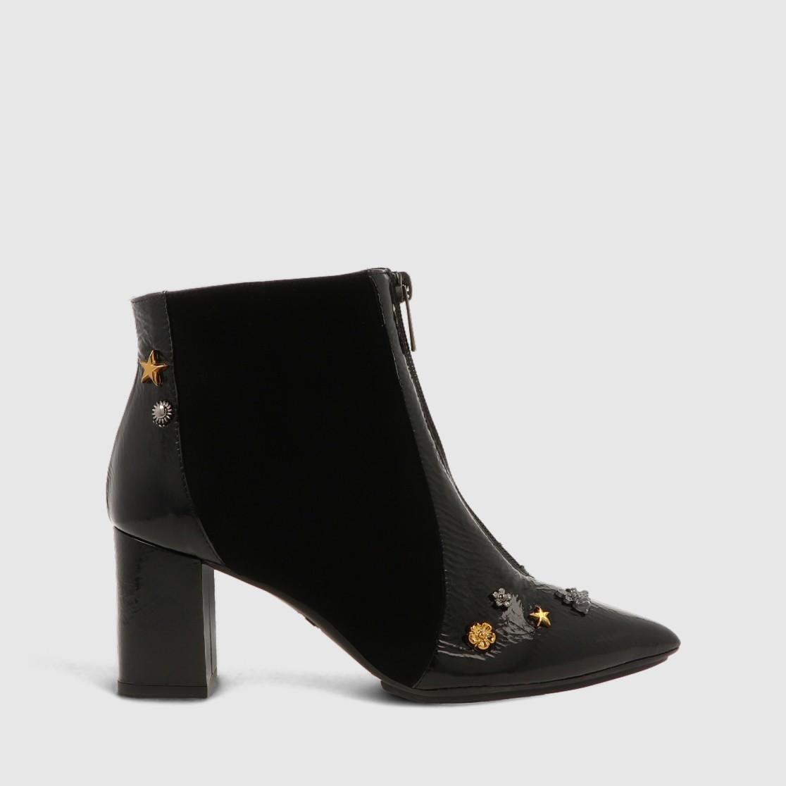 Botines de charol de color negro con cremallera delantera y adornos