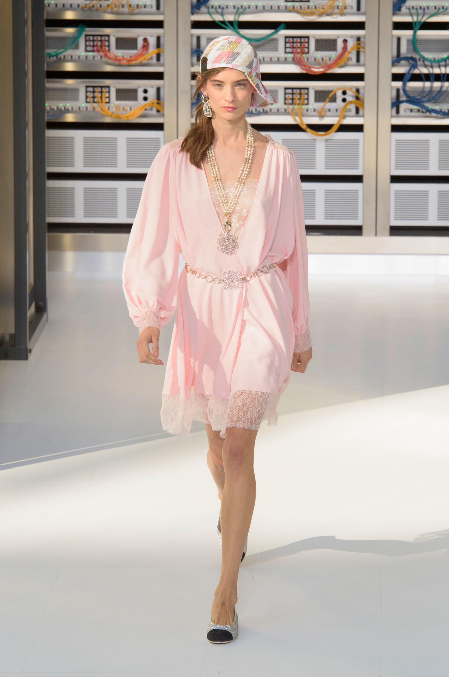 Foto de El regreso al futuro de Chanel en su colección Primavera-Verano 2017 (85/96)