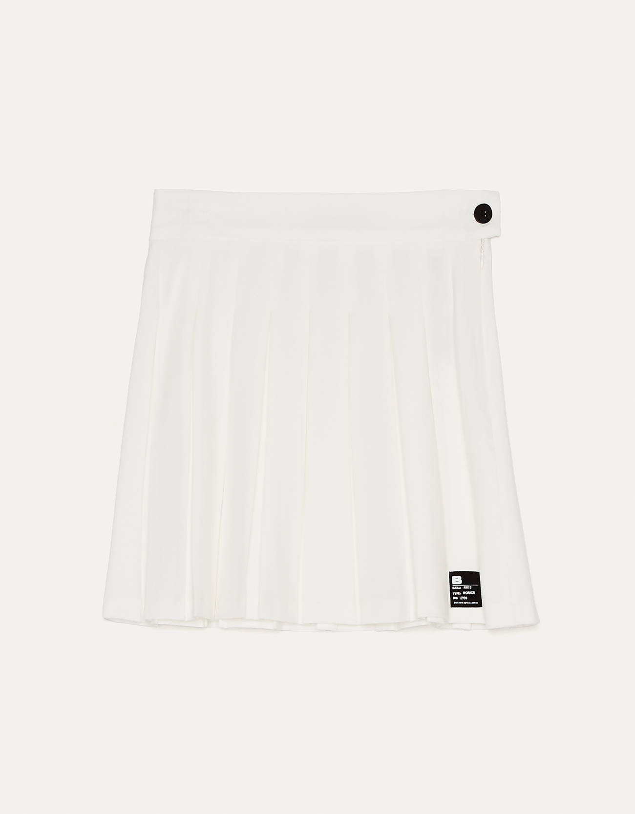Falda mini plisada blanca con detalles negros.
