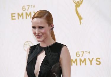 Rachel Brosnahan de terciopelo y con escotazo en los Emmys 2015