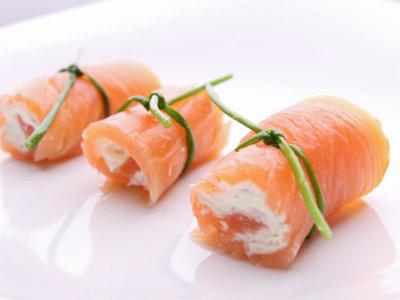 Cenas proteicas rápidas y fáciles: rollitos de salmón ahumado con gulas (VI)
