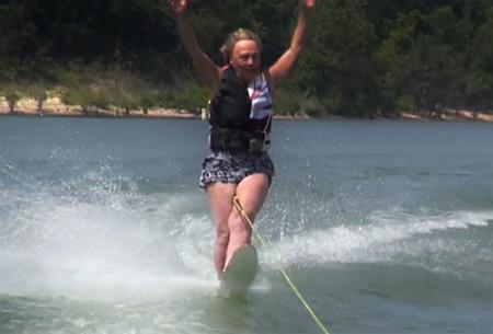 Millie Sullens hace esquí acuático con 90 años ¡incluso soltando las manos!