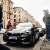 El BMW 225xe Active Tourer se renueva: un coche híbrido enchufable con hasta 57 km de autonomía eléctrica