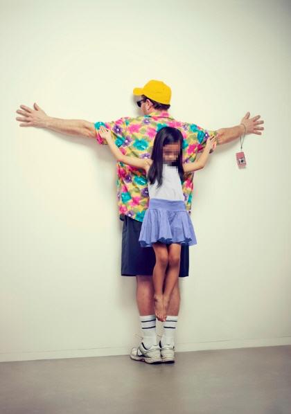 Erik Ravelo crea polémica con sus fotografías para sensibilizar sobre la protección a los niños
