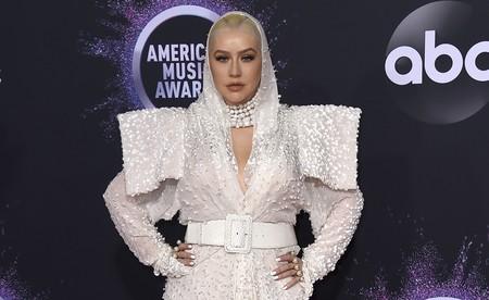 Christina Aguilera se enfunda un atrevido look de Jean Paul Gaultier en la alfombra roja de los premios AMA's 2019 y lo defiende que da gusto