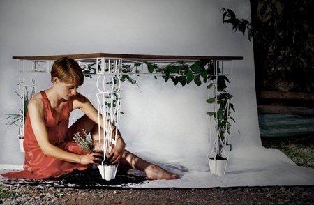 Una mesa de jardín que sirve para las enredaderas