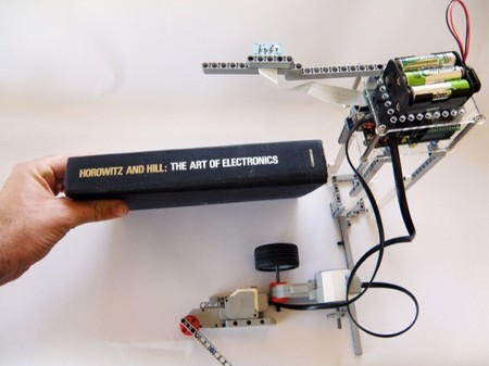 Ya es posible digitalizar tus libros gracias a LEGO y a la Raspberry Pi