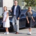 Doña Letizia y sus hijas eligen looks casual con zapatillas para visitar al Rey Juan Carlos
