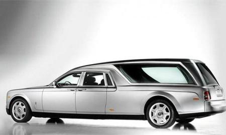 El último traslado en un Rolls-Royce Phantom fúnebre