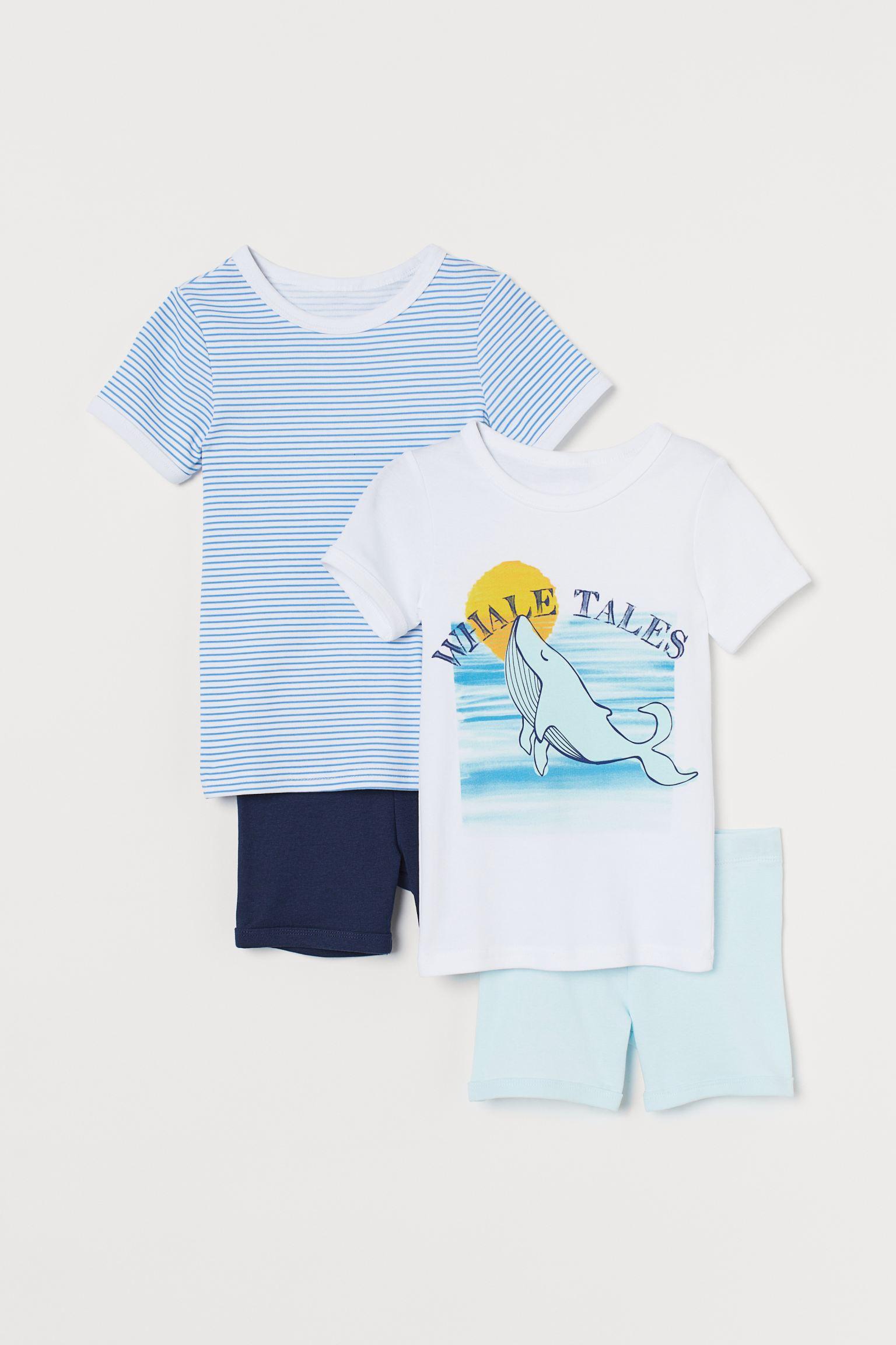 Pijama de dos piezas en punto suave de algodón. Camiseta de manga corta con ribete en color de contraste en cuello y mangas. Pantalón corto con cintura elástica.