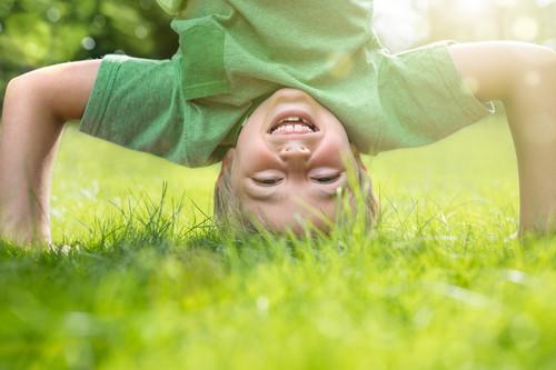 ¿A tu hijo le han aparecido manchas blancas en los dientes definitivos? Quizá no se los esté cepillando correctamente