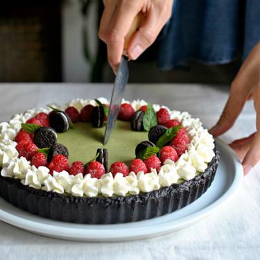 Tarta de chocolate y té matcha sin horno, una receta fácil e irresistible (con vídeo incluido)